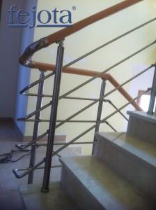 Escalera de aluminio con pasamanos de madera
